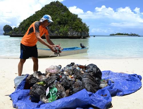 Vi städar stränder från plastskräp